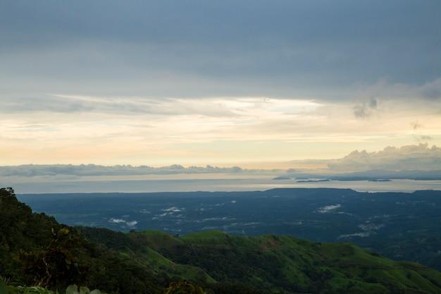 Bela vista do sol da costa rica Foto gratuita