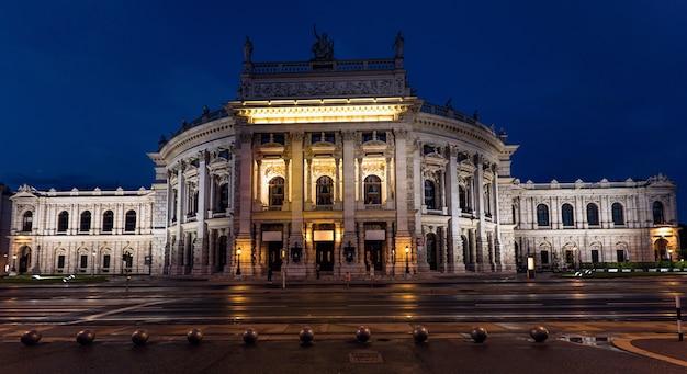 Bela vista do teatro histórico da corte imperial de burgtheater à noite, viena, áustria Foto Premium