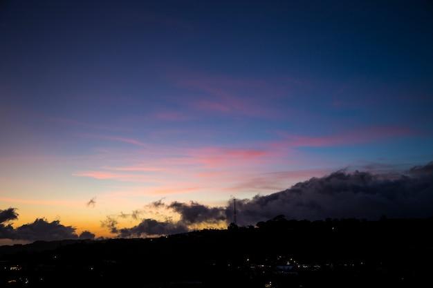 Bela vista panorâmica da natureza durante o pôr do sol Foto gratuita