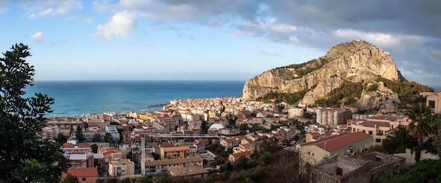 Bela vista panorâmica de cefalu. sicília Foto Premium