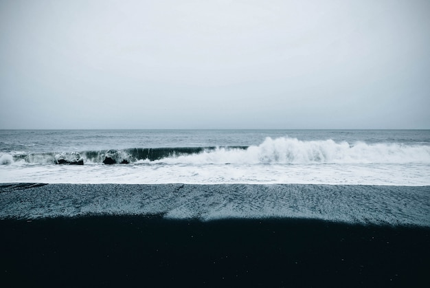 Bela vista panorâmica do mar sob um céu nublado e sombrio Foto gratuita