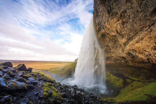 Belas cachoeiras na islândia com dia nublado Foto Premium