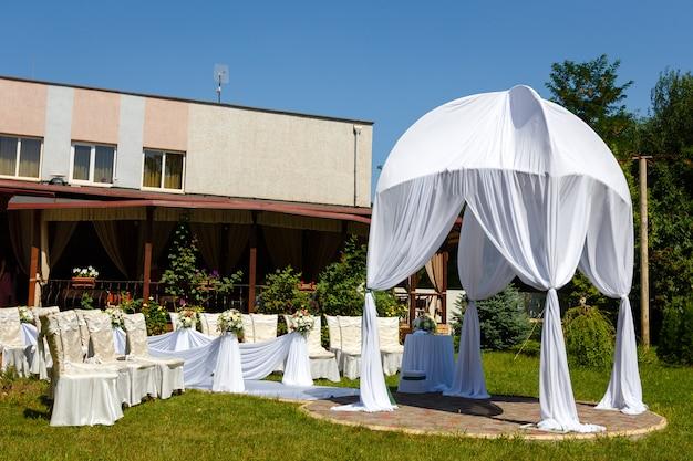 Belas decorações para cerimônia de casamento no parque em dia de sol Foto Premium