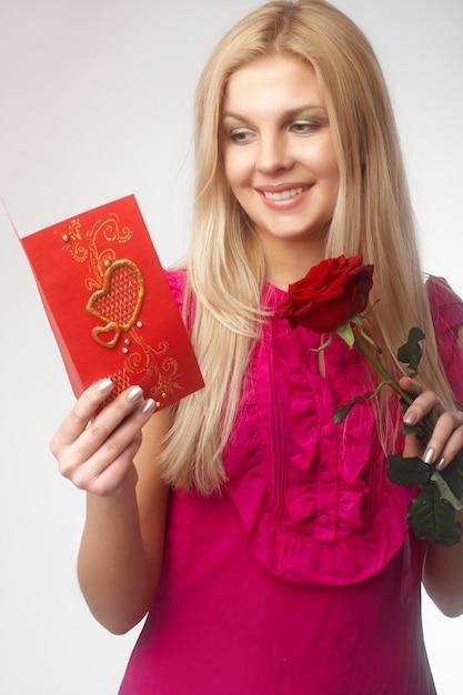 Belas moças loiras com rosa vermelha Foto Premium