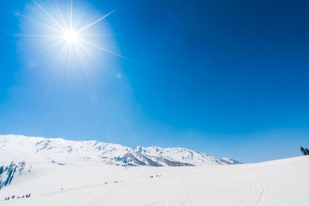 Belas montanhas cobertas de neve, estado da caxemira, índia. Foto gratuita