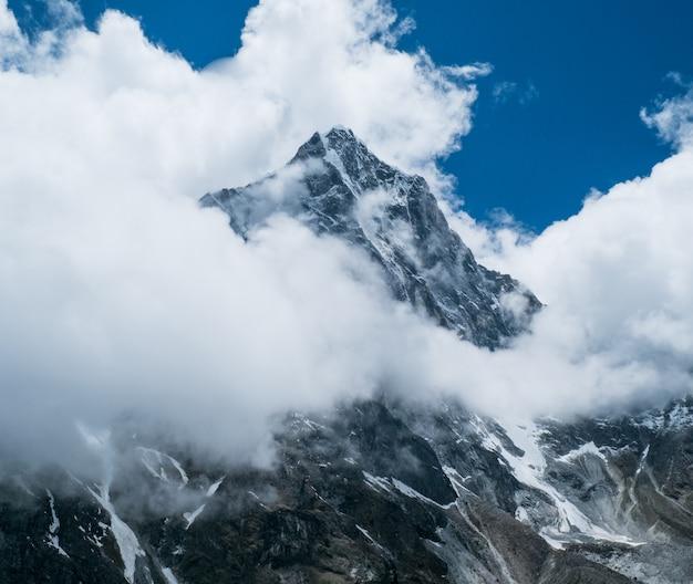 Belas montanhas cobertas de neve Foto Premium