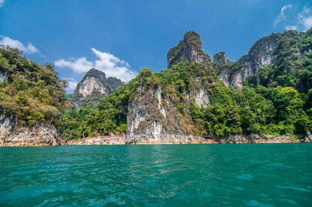Belas montanhas na represa de ratchaprapha, no parque nacional khao sok, província de surat thani, tailândia Foto gratuita