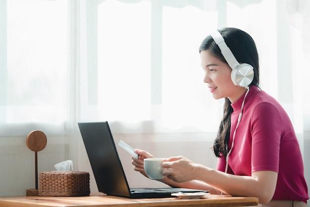 Belas mulheres asiáticas trabalhando on-line em casa. ela é freelancer de vendas on-line, gosta de trabalhar em casa Foto Premium