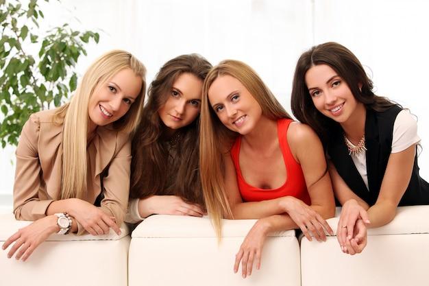 Belas mulheres caucasianas posando em casa Foto gratuita