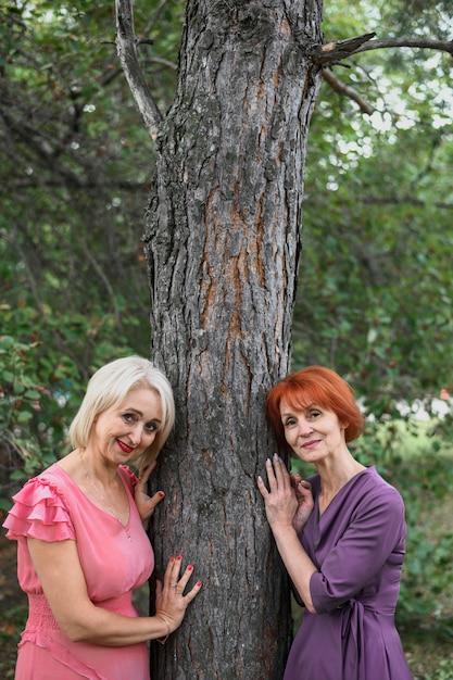 Belas mulheres sênior ao lado de uma árvore Foto gratuita