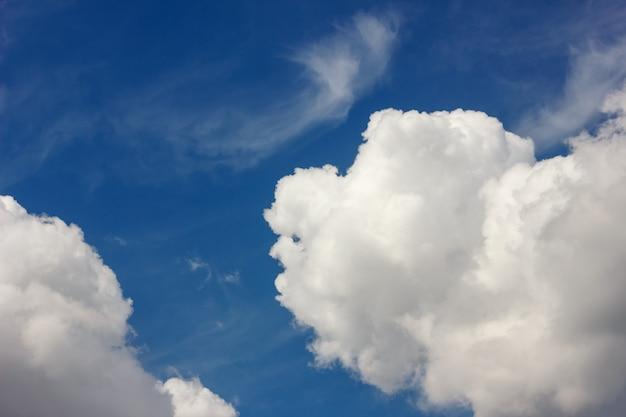 Belas nuvens grandes no céu azul. Foto Premium