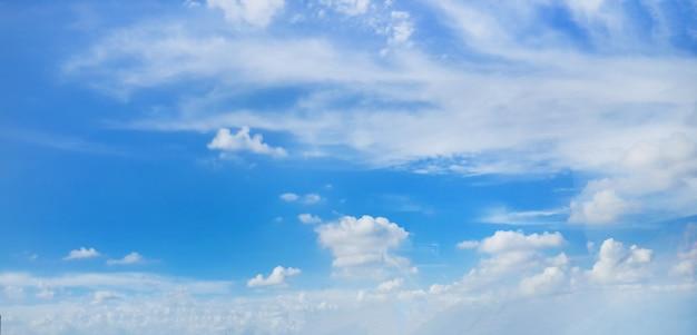 Belas nuvens no fundo do céu azul Foto gratuita