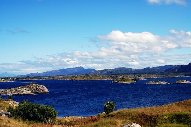 Belas paisagens da famosa atlanterhavsveien - atlantic ocean road na noruega Foto gratuita