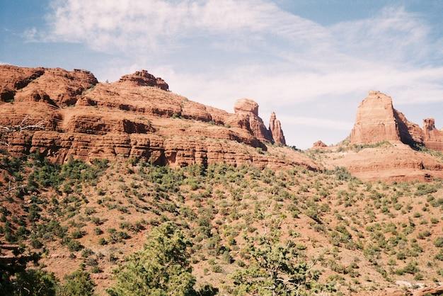 Belas paisagens de gargantas rochosas cercadas por arbustos sob o céu nublado de tirar o fôlego Foto gratuita