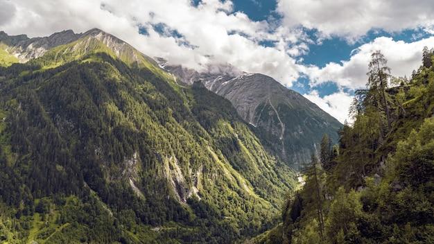 Belas paisagens de uma paisagem montanhosa coberta de neve sob um céu nublado Foto gratuita