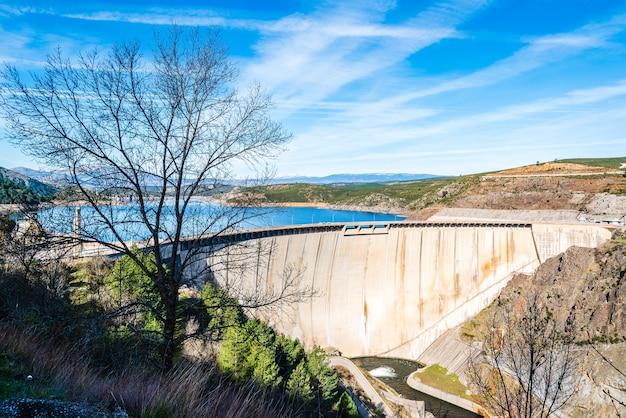 Belas paisagens do reservatório el atazar em madrid, espanha, sob um céu azul Foto gratuita