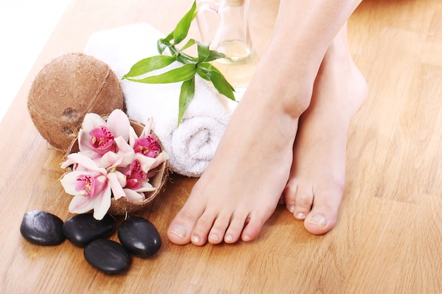 Belas pernas e diferentes itens de spa Foto gratuita