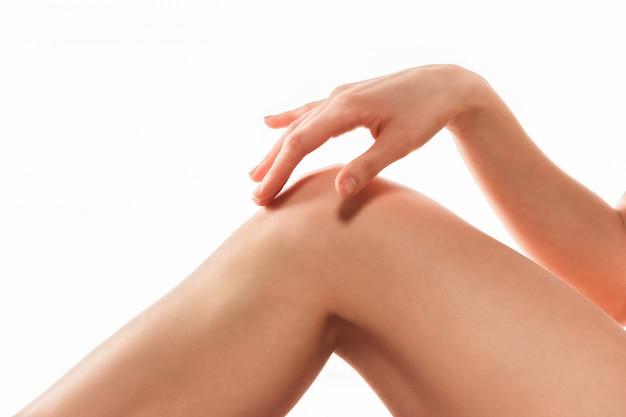 Belas pernas femininas isoladas no branco. conceito de beleza e fitness Foto gratuita