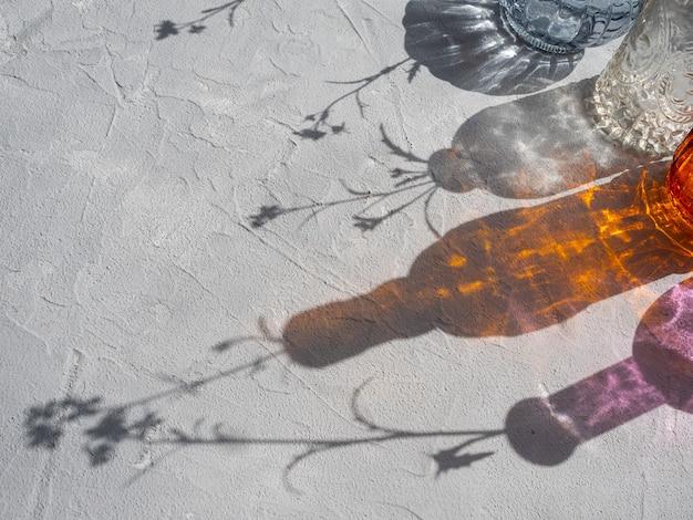 Belas sombras de vasos de vidro sob luz forte. Foto Premium