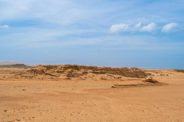 Belas vistas, cenário de deserto de montanha de areia, dunas de areia Foto Premium