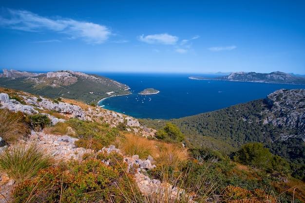 Belas vistas românticas do mar e das montanhas Foto Premium