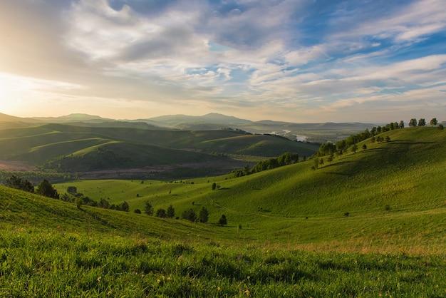 Beleza amanhecer nas montanhas Foto Premium