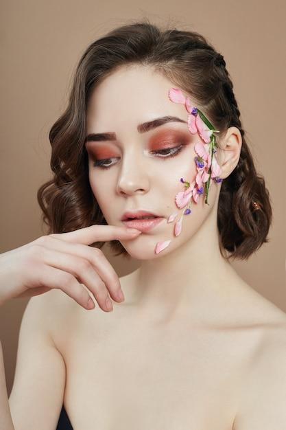 Beleza cara profissional maquiagem, flor de cosméticos Foto Premium