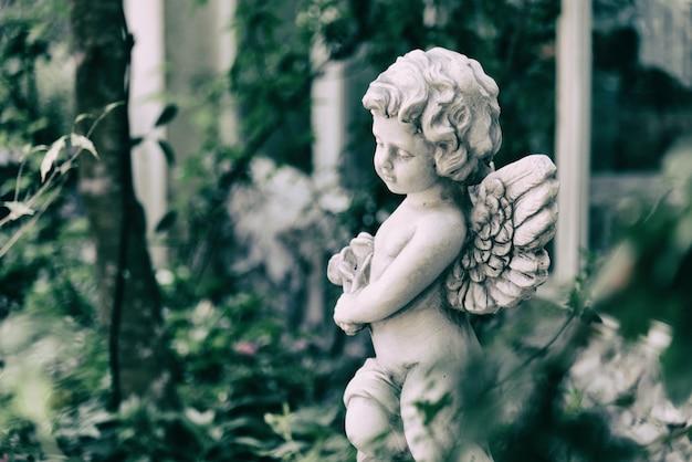 Beleza, cupido, estátua, de, anjo, em, vindima, jardim, ligado, verão Foto Premium