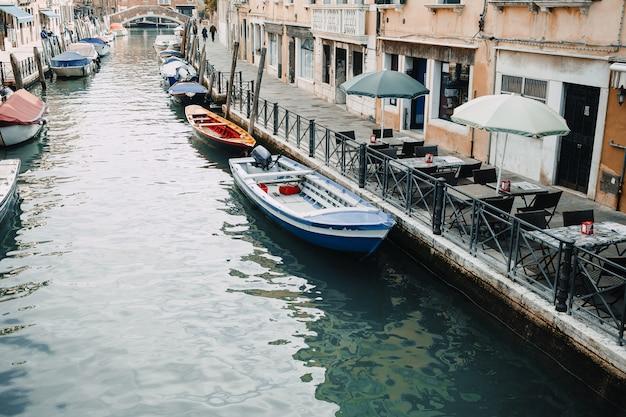 Beleza da itália, uma das ruas do canal em veneza, venezia Foto Premium