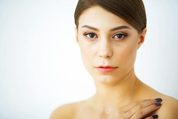 Beleza e cuidados. mulher com uma pele bonita e pura. menina jovem Foto Premium