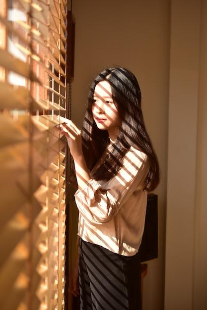 Beleza jovem, mulheres, ficar, em, janela Foto Premium