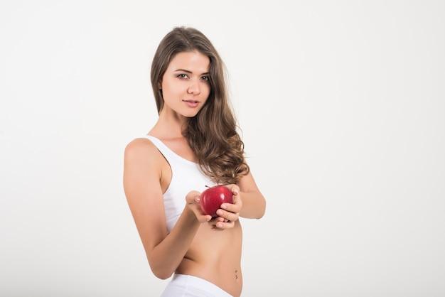 Beleza, mulher segura, maçã vermelha, enquanto, isolado, branco Foto gratuita