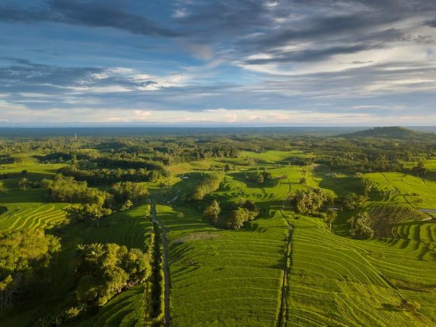 Beleza natural da indonésia de fotos aéreas no momento com nublado Foto Premium