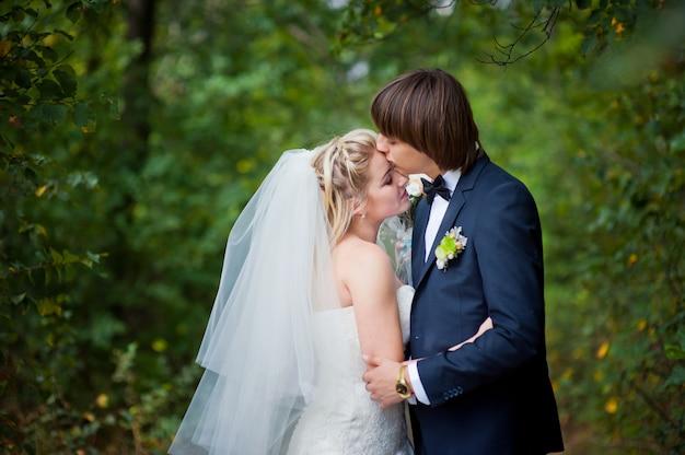 Beleza, noiva noivo, ligado, casamento, passeio, em, verão, parque Foto Premium