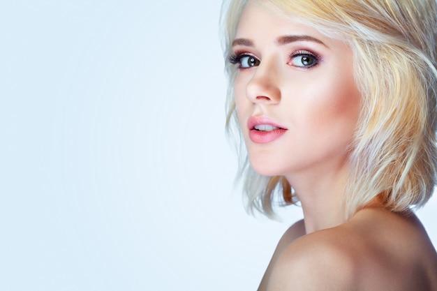 Beleza sorrindo modelo com maquiagem natural e cílios longos Foto Premium
