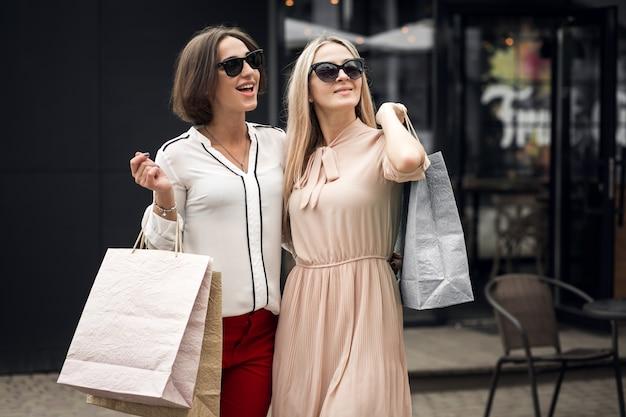 Beleza vida mulheres telefone fundo felicidade Foto gratuita