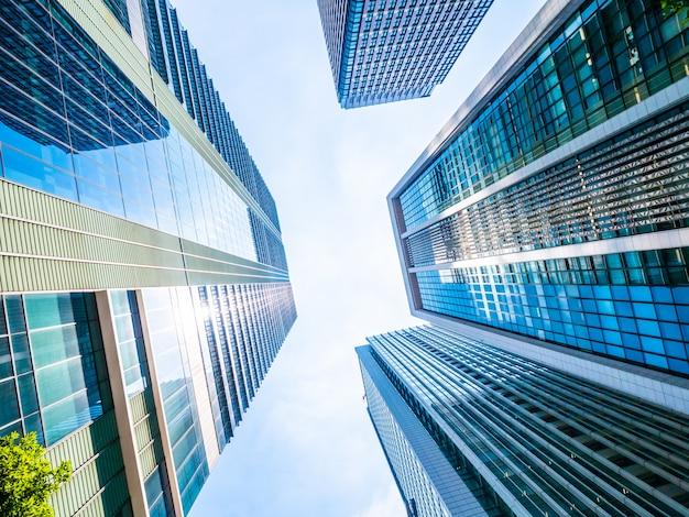 Belo arranha-céu com arquitetura e construção em torno da cidade Foto Premium