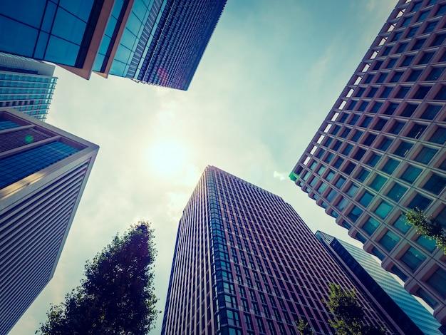 Belo arranha-céu com arquitetura e construção em torno da cidade Foto gratuita