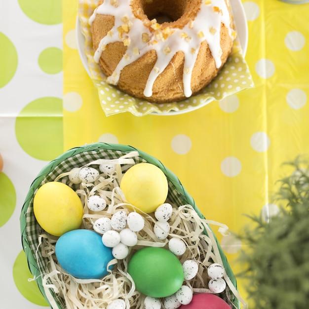 Belo arranjo de ovos e bolo Foto gratuita