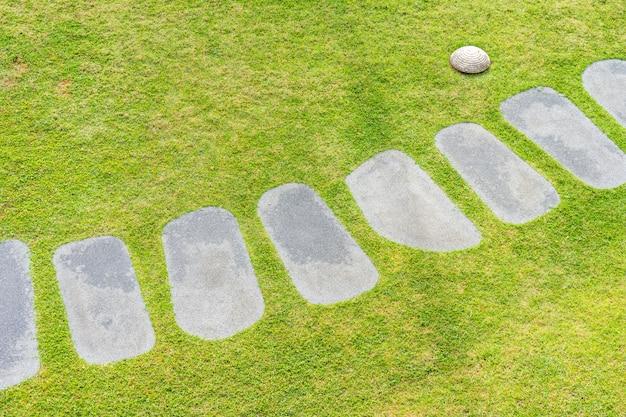Belo caminho de pedra a pé e correr no jardim Foto gratuita
