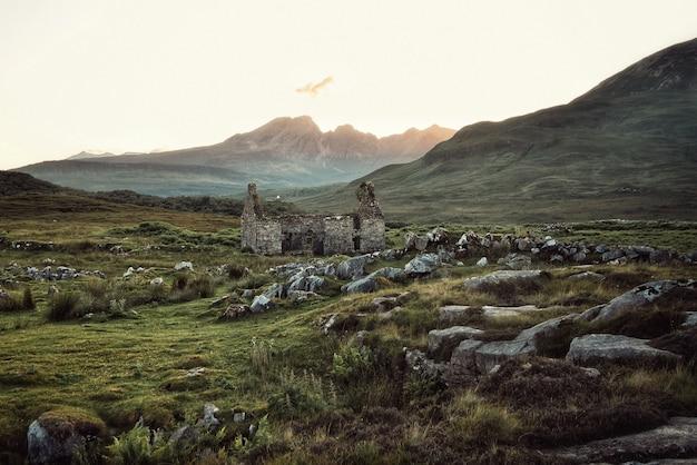 Belo campo rochoso com prédio destruído Foto gratuita