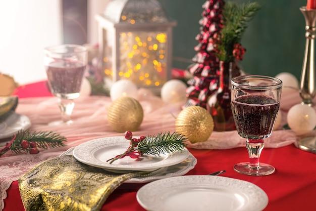 Belo cenário de mesa de natal com enfeites Foto gratuita