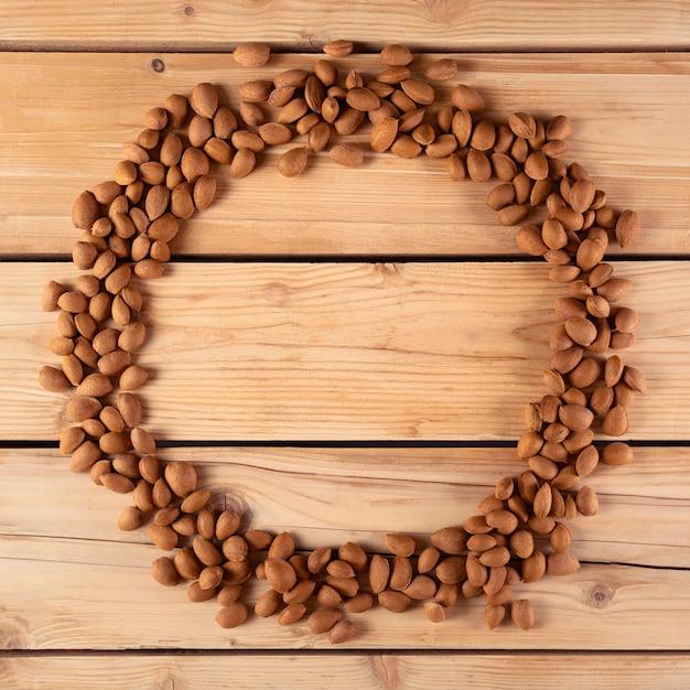Belo círculo de amêndoa sobre madeira Foto gratuita