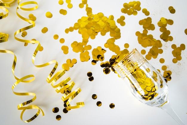 Belo conceito dourado com lantejoulas e fitas Foto gratuita