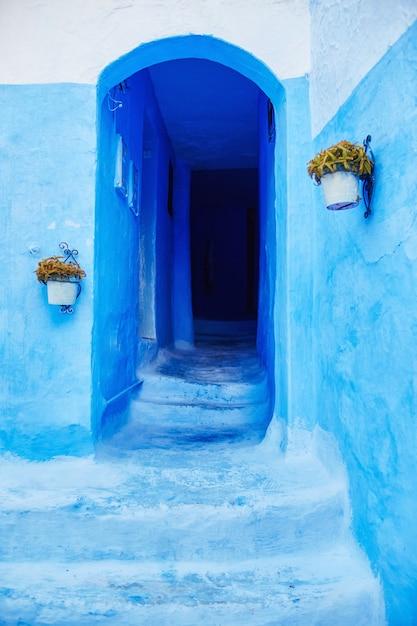 Belo conjunto diversificado de portas azuis da cidade azul Foto Premium