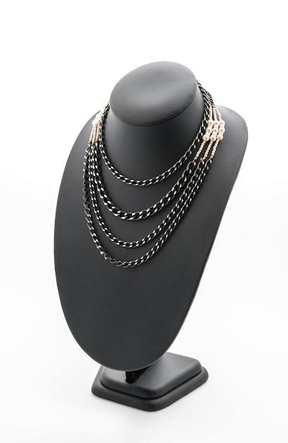 Belo e luxuoso colar em jóias com pescoço Foto gratuita