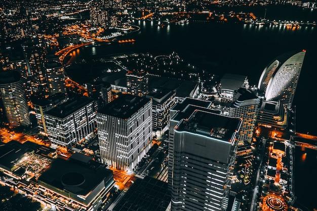 Belo edifício e arquitetura no horizonte da cidade de yokohama Foto gratuita