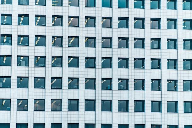 Belo edifício exterior com texturas de padrão de janela de vidro Foto gratuita