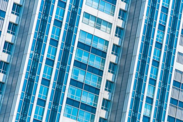 Belo edifício exterior e arquitetura com padrão de janela Foto gratuita