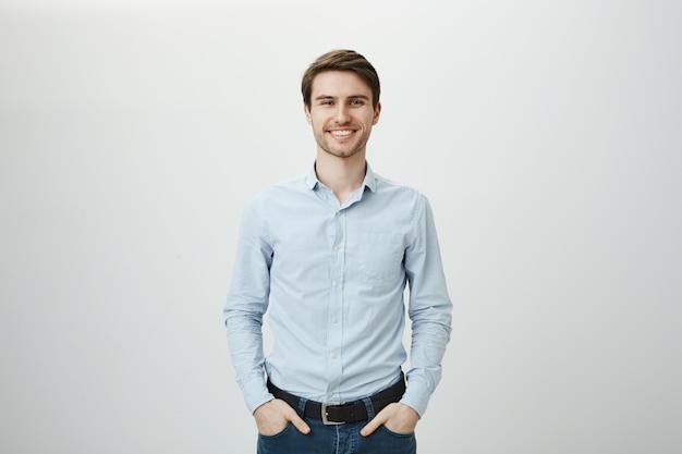 Belo empresário de sucesso sorrindo Foto gratuita